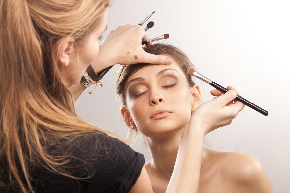 Как выполняют салонный макияж
